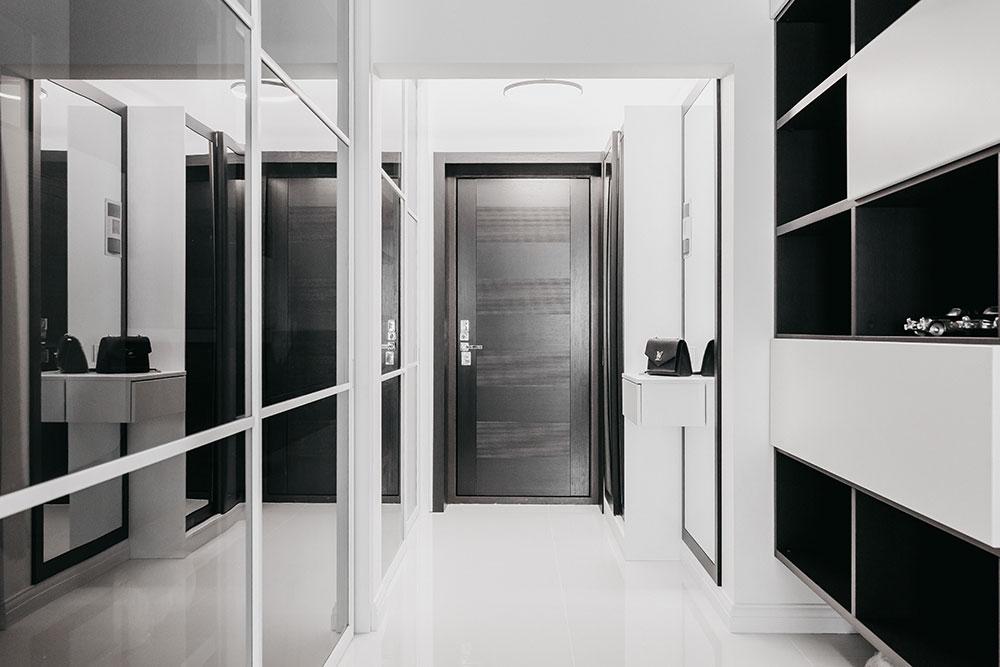 Длинный коридор стал функциональным, благодаря разным системам хранения, расположенным вдоль стен