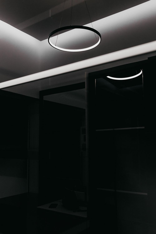 Ультрасовременный свет отлично играет на контрасте базовых цветов в квартире - черного и белого