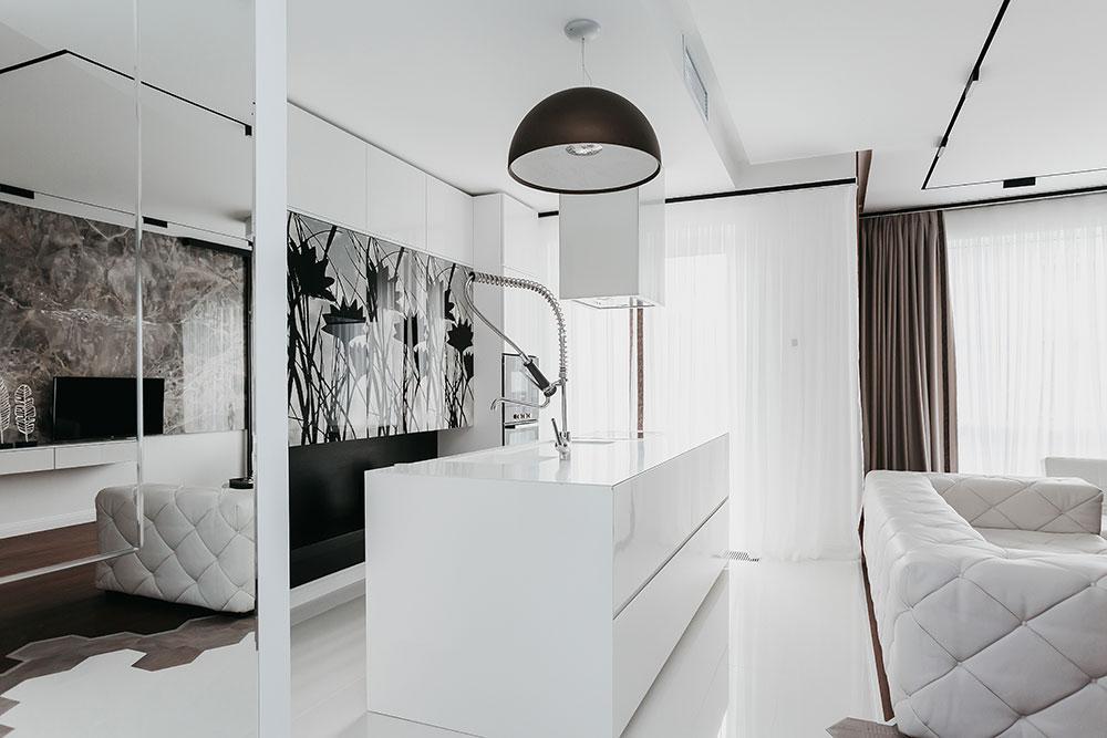 Зеркальная стена в коридоре значительно расширяет пространство и делает интерьер еще светлее