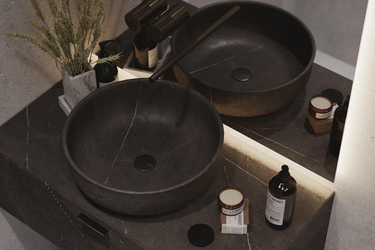 Раковина и тумбочка под раковину выполнены из камня